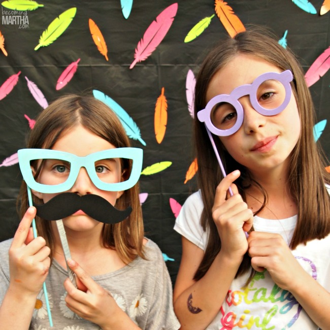 This party photobooth backdrop can be created for under $5 and in less than 5 minutes!